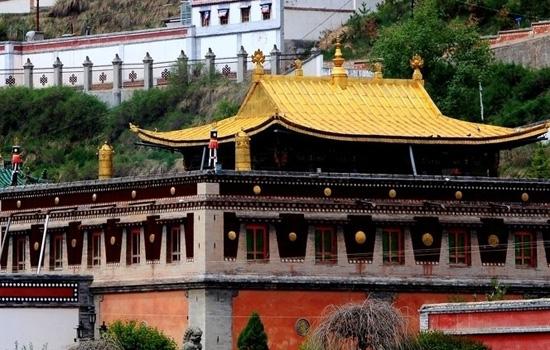 其中最能体现塔尔寺各类组织完善的要算寺院庙会了