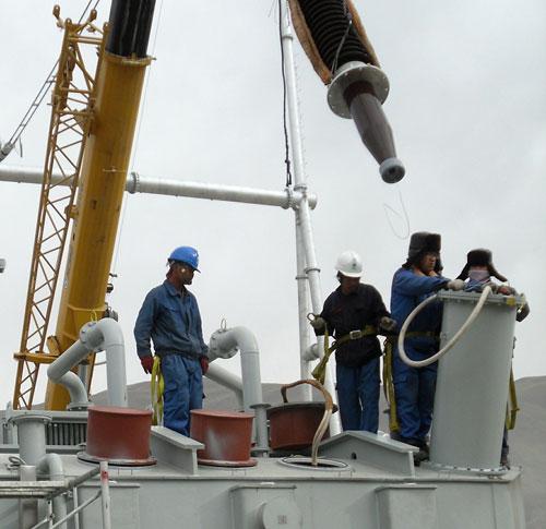 330千伏玉树变电站,施工人员正在进行变压器套管安装.高翔摄
