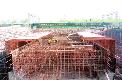 青藏铁路加紧施工确保11月底前按期完工
