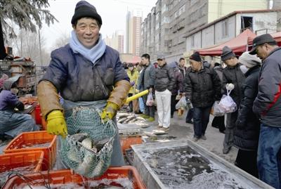 12月25日,西宁市五一路早市一派销售火爆景象.(邓建青 摄)