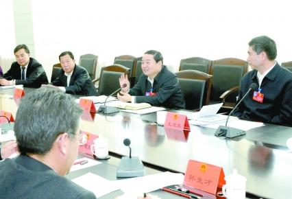 郝鹏在参加西宁代表团大通组和海北代表团审议时指出支持...