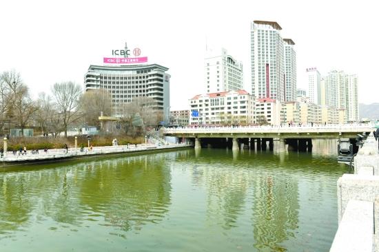 修复南川河的生态廊道,一个风景宜人的南川河河岸风景带正在形成.