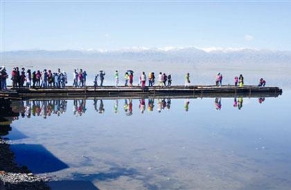 """有着中国""""天空之镜""""美誉的青海茶卡盐湖,被国家旅游地理杂志评为"""""""