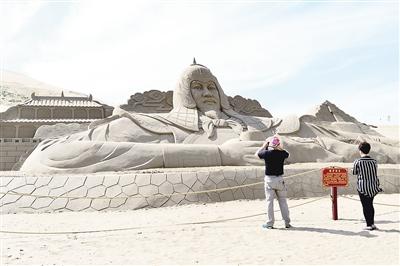 青海湖畔:壮观沙雕 静待游人