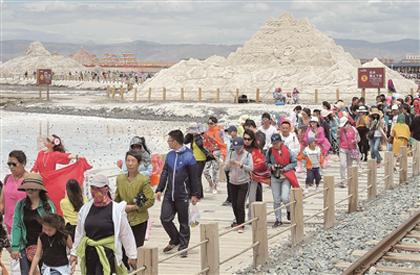 青海茶卡盐湖进入旅游旺季