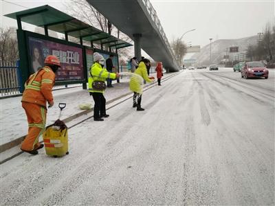 全市3600余人齐上阵扫雪除冰