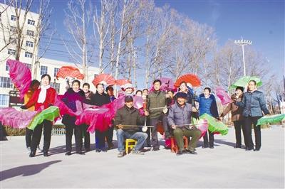 新春走基层:广场上舞起了彩扇