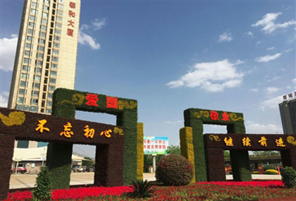 街头绿化景观点缀五月的西宁