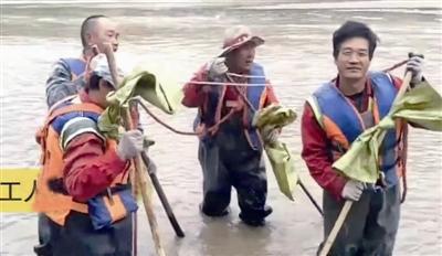 为他们点赞:4位河道打捞员