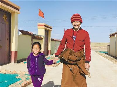 张张笑脸胜过万语千言  ——泽库县泽曲镇东格尔社区易地搬迁牧民的幸福表情包