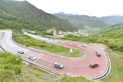 參加第六屆環青海湖(國際)電動汽車挑戰賽的車輛順利完成爬坡能力評測及賽段試車工作