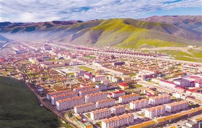 六月的果洛藏族自治州达日县绿意盎然