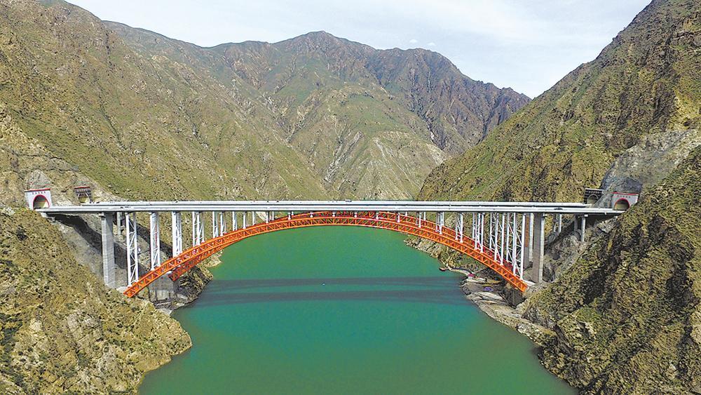 一桥飞架南北 天堑∮变通途