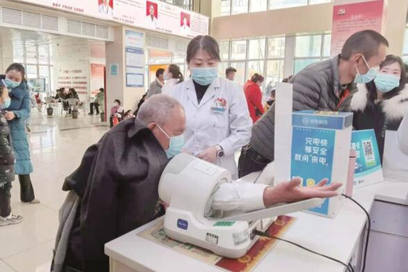 """暖心服务解决""""数字鸿沟"""" 老年人就医更便捷"""