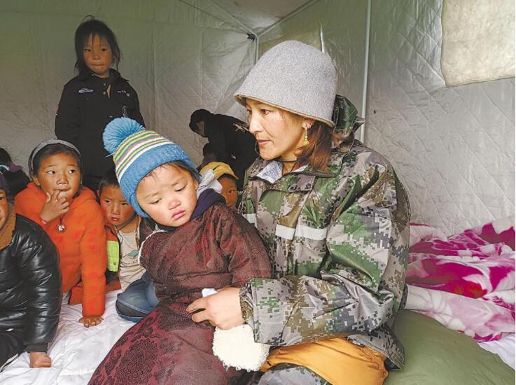救災帳篷傳出讀書聲