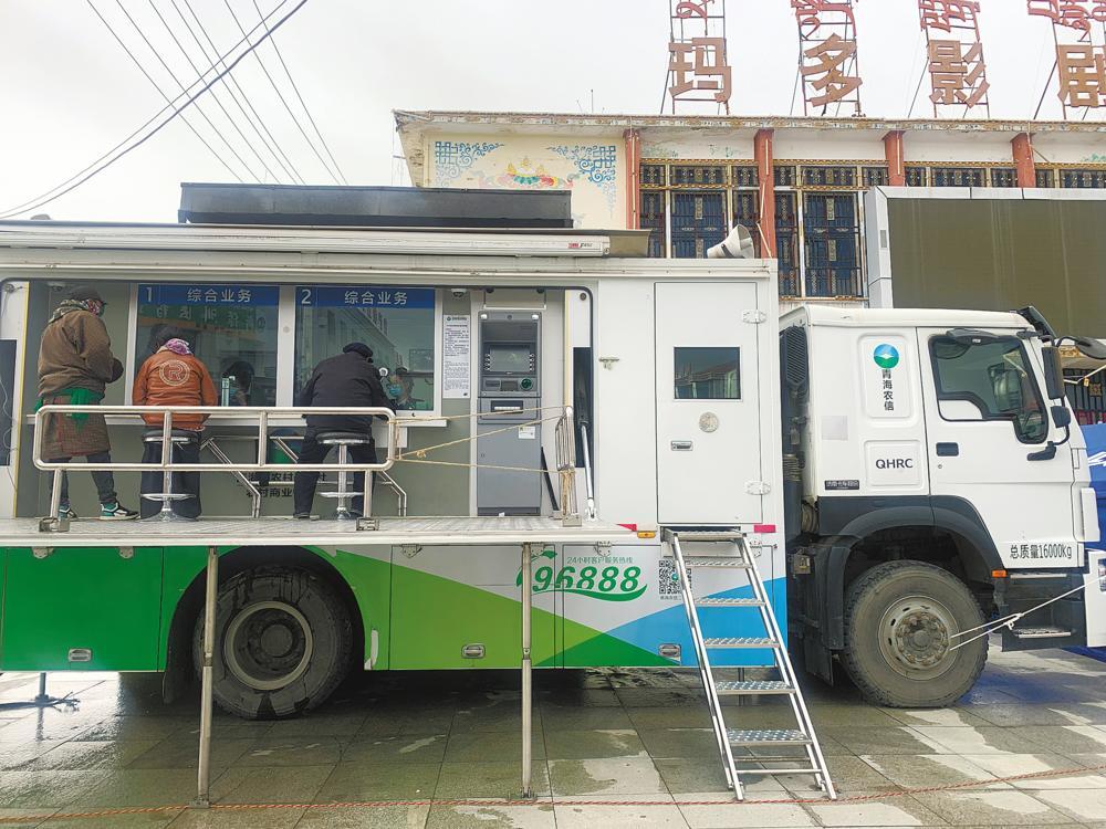 """县城广场上的""""帐篷银行""""""""流动银行服务车"""""""
