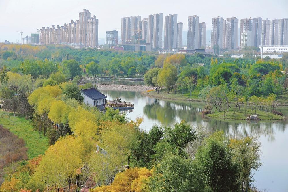 绿水绕城 青山如画