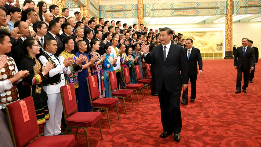 习近平等出席观看第六届全国少数民族文艺会演开幕式文艺晚会