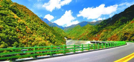 最美旅游公路秋景如画